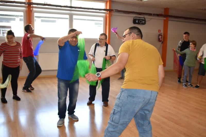 tańczące osoby